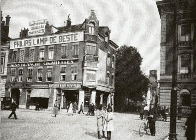 """Voor de oorlog: Hoek Coolsingel St. Laurensstraat. Links op de hoek zijn nu de trappen van het """"Beursgebouw"""", rechts op de hoek stond destijds het Erasmiaans Gymnasium  en nu dus C & A,. Kortom we staan bovenop de koupgout........"""