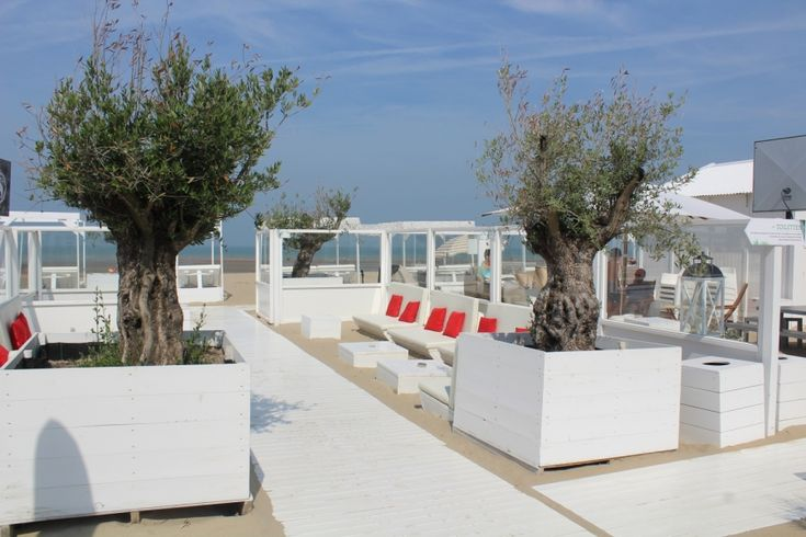 Gaaf!! Beachclub met witte steigerhouten meubels!