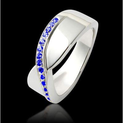 Bague de fiançailles Eternelle en or blanc et pavage saphir bleu - Maison jaubalet #eternelle #saphir bleu #bague #fiançailles