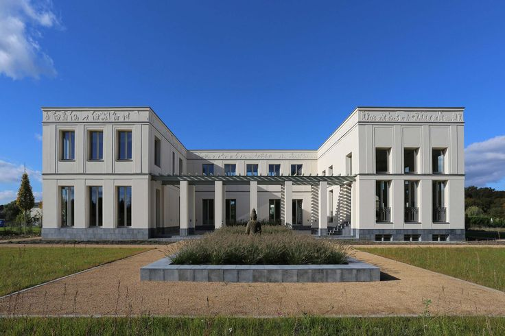 KLASSIK UND TRADITION - Neubau klassizistische Villa - Seitenflügel und Pergolagang umschließen den besonnten Innenhof.