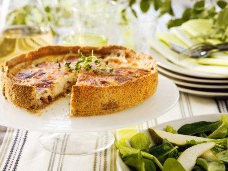 Recept på chèvrepaj med päronsallad. Valnötter i pajdegen ger god smak och spröd deg. Servera gärna en sallad med söta päron till den salta getostfyllningen.