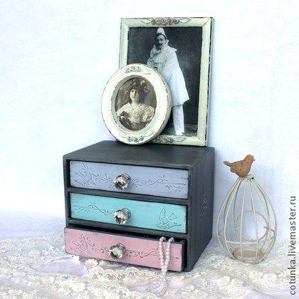 Мини-комодик `Petit secret` (миникомод, декупаж). Миниатюрный комодик для дамских мелочей, в стиле прованс, в пастельных оттенках, слегка состарен.  Объемный декор на ящичках, 'хрустальные' ручки.  Прекрасный подарок девушке ,подруге,сестре, маме .