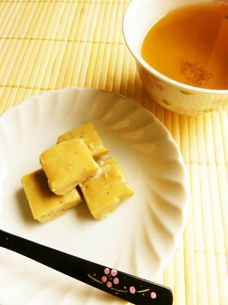 ☺バレンタインに♪簡単ほうじ茶生チョコ☺ ほうじ茶とホワイトチョコレートを使って簡単に作れる和風の生チョコレートです♪ ほうじ茶好きにはたまりません☆ hirokoh hirokoh レシピを共有 つくれぽを送る Icon myfolder recipe add レシピを保存 材料 (作りやすい分量) ホワイトチョコレート 100g バター 5g 生クリーム 100cc ほうじ茶の茶葉 15g 作り方 1 10×10cmぐらいのタッパーに、クッキングシートを外にはみ出すぐらいに敷いておく。 2 鍋に生クリームと茶葉を入れ、スプーンで混ぜながら中火にかけ、沸騰したら弱火に1分かけ、火を止めて10分ほど放置。 3 ホワイトチョコは包丁で薄く削る様にして刻み、 更に細かく刻む。 バターは1cm角に切り、チョコと一緒に器に入れておく。 4 10分置いた2の生クリームと茶葉を目の細いザルを使ってボウルに濾しておく。 スプーンの背で押さえて生クリームを絞り出す。 5 ほうじ茶の茶葉から絞り出した生クリームの量は50ccに。 もし少なければ、生クリームを足して50ccにしてください。 6…