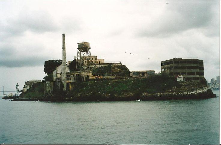 της Δήμητρας Στεργίου, Δικηγόρου, ΜΔΕ ΣΗΜΕΙΩΣΗ Οι φωτογραφίες του «Βράχου» που κοσμούν το κείμενο, είναι δικές μου. Ν.Κ. Η λέξη «Βράχος» στην ιστορία του αμερικανικού σωφρονιστικού συστήματος είναι άρρηκτα συνδεδεμένη με την φυλακή-νησί του Αλκατράζ, που βρίσκεται στο κόλπο του Σαν Φρανσίσκο. Πρόκει