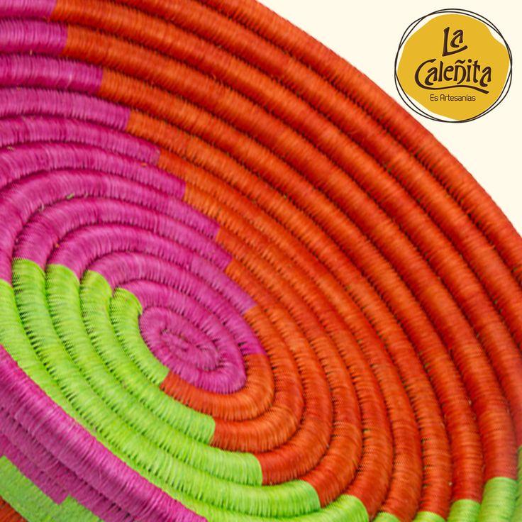 Cada rollo de las canastas de guacamaya es cubierto con hilos de fique que se tiñen previamente con anilinas a base de materiales vegetales como: naranja, limón, sábila, lima, bellota de plátano y vinagre. Su resultado tonalidades vibrantes para decorar tus espacios con un look muy típico. 😍💖💁 #ArtesaniasDeColombiaGuacamayas #ArtesaníaGüerregue #LaCaleñita