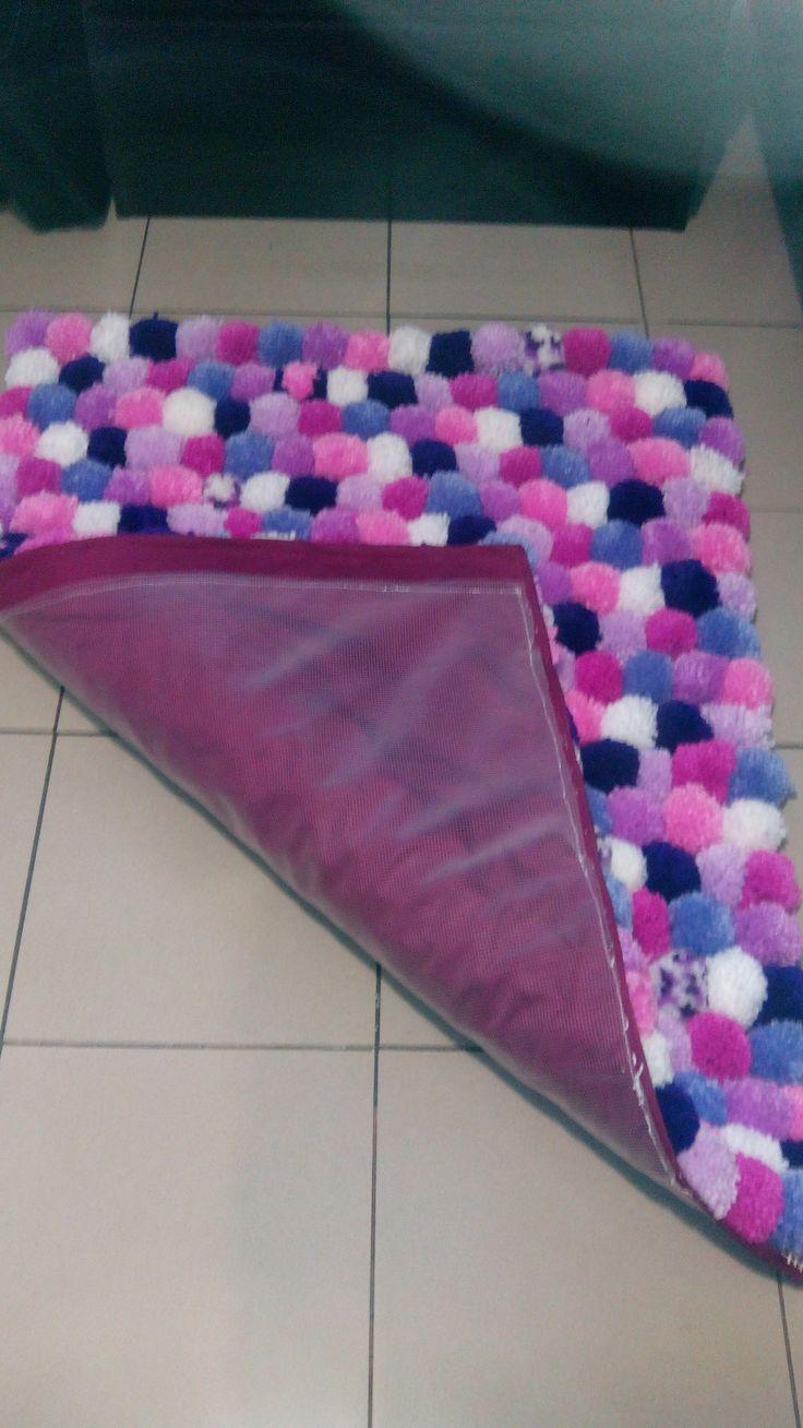 alfombra de ponpones, handmade, pon pon, lana