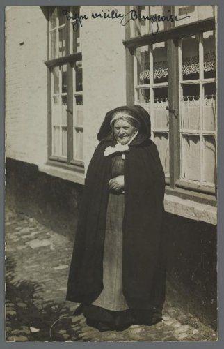 Portret van een Brugse vrouw. Bemerk de zo typerend Brugse kleding : de kapmantel, de pijpenmuts, de blauwe voorschoot.
