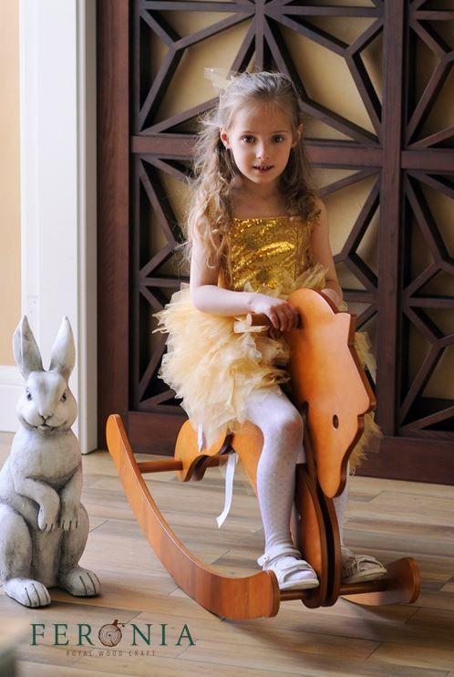 Побалуйте своего малыша вот такой сказочной лошадкой от FERONIA. Она станет не только источником безграничной радости вашего ребенка, но и чудесным элементом экстерьера. Лошадка выполнена из прочного дерева и экологически чистых материалов, что полностью соответствует стандартам ЭКО.  Приобрести готовые лошадки можно в наших шоу румах в Киеве и Одессе. Также вы можете заказать индивидуальное изготовление с учетом ваших идей и пожеланий. Киев, ул. Драгомирова 16 Одесса, ул. Жуковского 43 068…