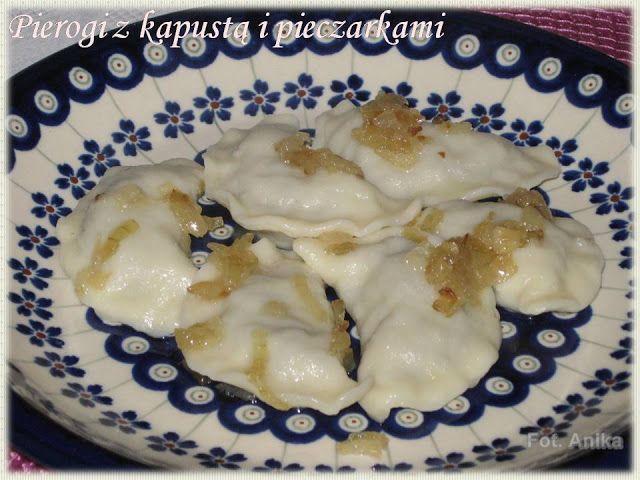 Pierogi z kapustą i pieczarkami           Pierogi u nas w domu można by jeść i jeść. Robię je więc dość regularnie z różnym nadzieniem. Tym ...
