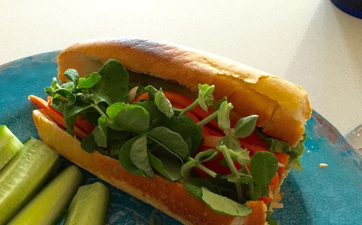 J'ai une passion pour ce sandwich vietnamien Banh Mi. Le véritable Banh Mi contient du pâté de foie que l'on peut ajouter pour plus de saveur.