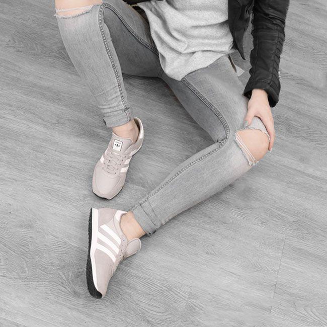 Een paar grijze sneakers zijn altijd handig! Deze van Adidas passen perfect bij een jeans maar staan ook leuk onder een jurk of rok.  https://www.sooco.nl/adidas-zx-racer-grijze-lage-sneakers-26155.html