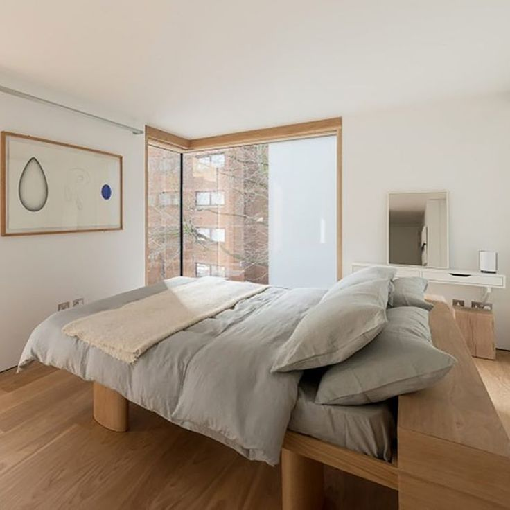 We love this bed design that works perfectly when placed in the middle of the room. This house in London's Cheyenne Walk neighbourhood on the river Thames is a definite must see today on Est. Designed by Fielden Clegg Bradley Studios and available for sale The Modern House. Link in profile. @themodernhouse #openhouse #london #estliving #design #archidaily #architecture #instadaily #bedroom