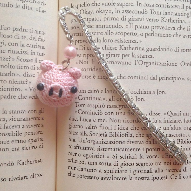 Segnalibro a gancio con maialino rosa amigurumi, fatto a mano all'uncinetto, by La piccola bottega della Creatività, 8,90 € su misshobby.com