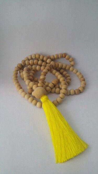 Sautoir perles bois et pompon jaune