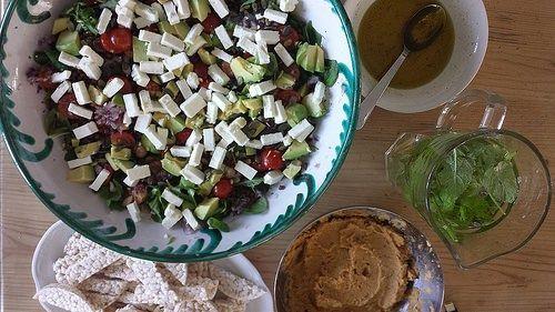 Salade met avocado, linzen en feta
