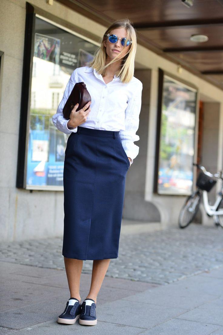 Den Look kaufen:  https://lookastic.de/damenmode/wie-kombinieren/businesshemd-midirock-niedrige-sneakers-clutch-sonnenbrille/4910  — Blaue Sonnenbrille  — Weißes Businesshemd  — Dunkelrote Leder Clutch  — Dunkelblauer Midirock  — Dunkelblaue Leder Niedrige Sneakers