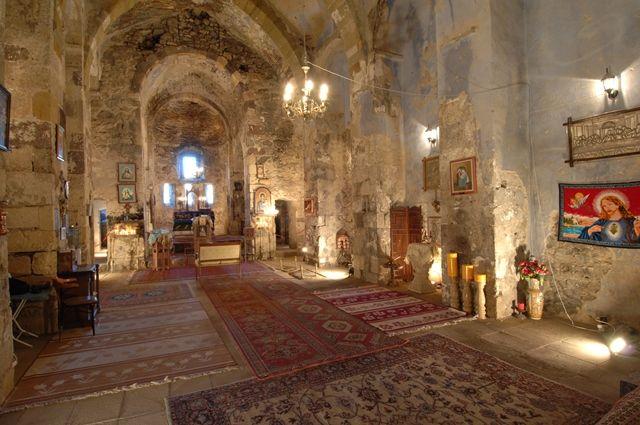 Meryem Ana Kilisesi:Harput Kalesinin doğusunda yer almaktadır. Batı duvarını kalenin kaya kütleleri teşkil ettiğinden kilise, kalenin kayalıkları içine gömülmüş gibidir. Anadolu'nun en eski mabetlerinden biri olan Meryem Ana Kilisesi, Kızıl Kilise, Süryani Kilisesi ve Yakubi Kilisesi adlarıyla da anılmaktadır. (Harput, Elazığ, Türkiye)