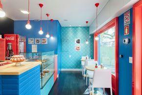 Combinação de cores intensas define a decoração de loja de bolos caseiros em Porto Alegre, Brasil