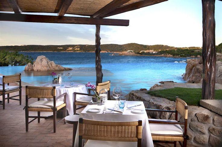 Non commenteremo di certo le spiagge, i mari, l'entroterra selvaggio e la macchia mediterranea. L'unica cosa che conta, per noi mai sazi, è il cibo. Anche perché in Sardegna, ciò che rischia di spezzare il rapporto idilliaco con le spiagge stupende, il mare incantevole e le gite in barca è mangiare nei ristoranti. O meglio: pagare il conto dei ristoranti. Ragione per cui, in questo schizzo a beneficio di chi passa o passerà le vacanze in Sardegna, abbiamo considerato più le trattorie dei…