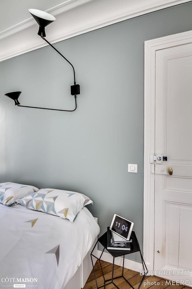 Idee Chambre Ado Castorama : Chambre à coucher au lit blanc et mur gris Lampe noire au design