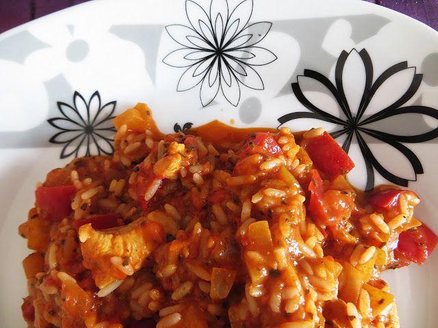 Moje przygody z gotowaniem.: Ryż w sosie pomidorowym z kurczakiem.