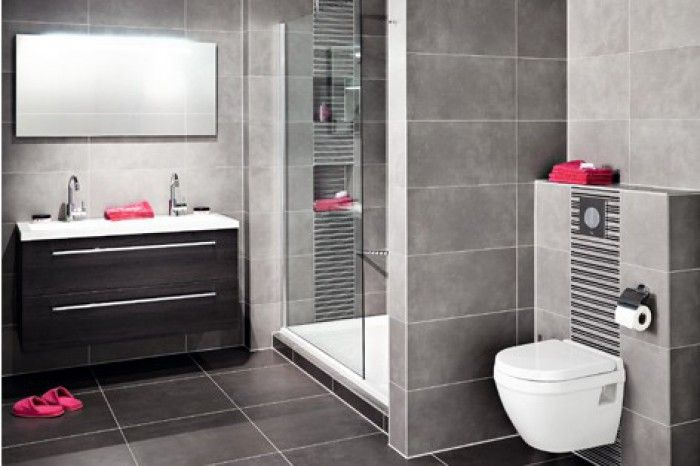 Mooie badkamer, zowel tegels als toilet en badkamermeubel.