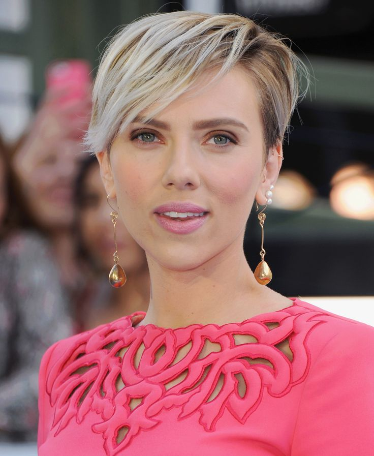 Scarlett Johansson Has Tried Just About Every Hairstyle in the Book, from Long Romantic Waves to an Edgy Blonde Pixie | Blonde pixie, Short hair styles, Scarlett johansson hairstyle