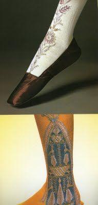 XIX. Al acortarse las faldas, medias y calzado asumen protagonismo. Incorporan bordados y detalles múltiples.