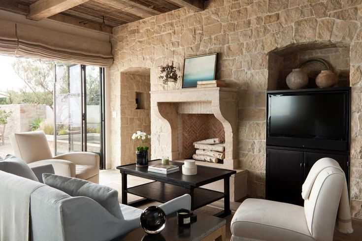 Un design intérieur rustique avec des murs en pierre et de belles poutres apparentes