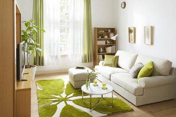白とベージュの中に差し色で使われたグリーンが優しい雰囲気を出してくれています。 クッションやカーテンなどで差し色は簡単に変えられるので、このアイディアはおススメです。