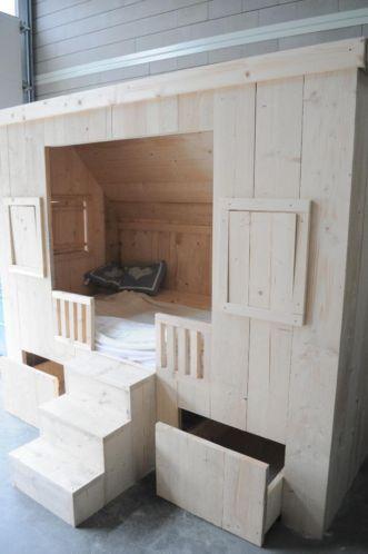 Stoere eigentijdse bedstee van steigerhout