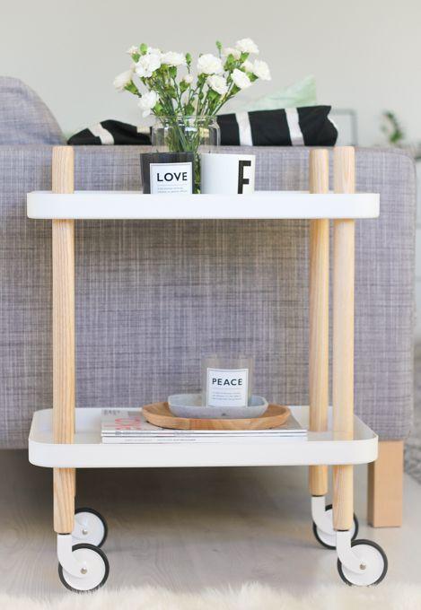 Block Couch- und Beistelltisch von Normann Copenhagen. Auf Rollen bewegt sich dieser Tisch gerne im Wohnzimmer: http://www.ikarus.de/marken/normann-copenhagen.html