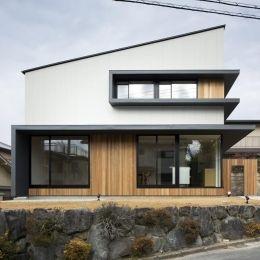 富雄北の家の部屋 窓が特徴的な片流れ屋根の外観
