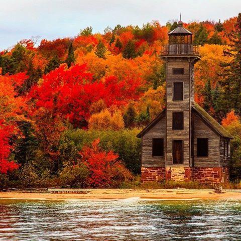 Phare abandonné dans la péninsule supérieure au cours de la saison d'automne