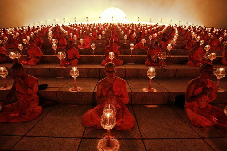 Khlong Luang, Thailand, von Kerek Wongsa/Reuters, publiziert am 25. Februar 2013    Buddhistische Mönche beten am Makha-Bucha-Tag am Wat Phra Dhammakaya, einer Tempelanlage in der Stadt Khlong Luang, nördlich von Thailands Hauptstadt Bangkok.