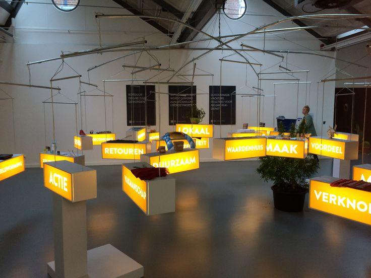Claire Fontaine: This neon sign was made by... Het neon-werk met verschillende teksten vraagt aandacht voor de waarde van arbeid, auteurschap en de status van de kunstwerken.