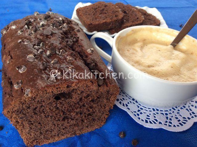 Il plumcake al cioccolato è un dolce goloso ideale per la prima colazione o la merenda. Un dolce soffice e morbido, con gocce di cioccolato.