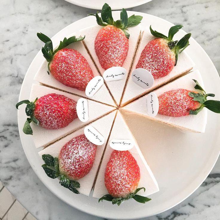 #솔드아웃 .  .  .    스콘과 구움과자 제외한 모든 케이크 솔드아웃입니다 추운날씨에 텅빈 쇼케이스보고 돌아가신분들이 많으셔서 넘넘 죄송해요 .  .  .    내일 판매하려했던 케이크 분량도 다 나가고 서둘러 딸기케이크 하나 만들어두었어요 .  .  .    오늘도 내일도 데일리스위츠 .  .  .    #데일리스위츠#달달그램#달콤그램#디저트그램#디저트까페#구로까페#고척동까페#까페스타그램#커피#케이크#주문케이크#동양미래대학#고척돔경기장#케이크맛집#일상#데이트#sweet#dessert