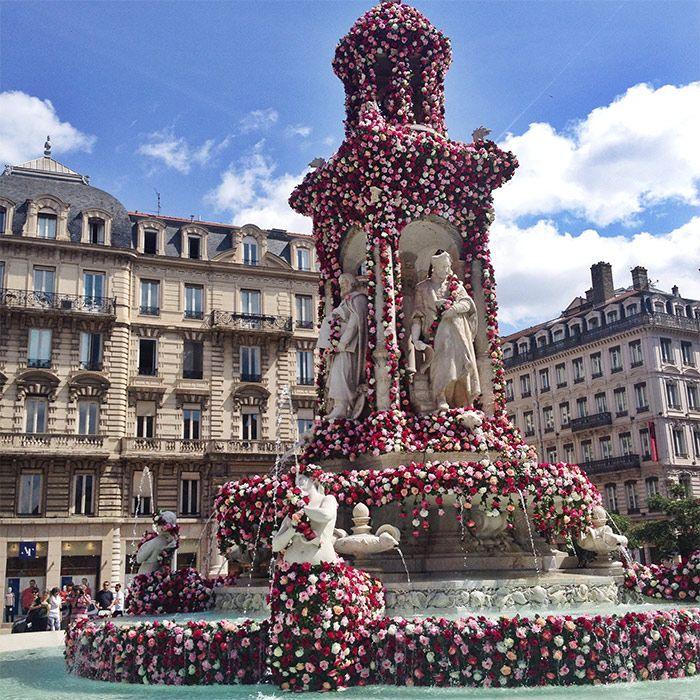 Fontaine de la place des Jacobins à Lyon pendant la Fête de la Rose