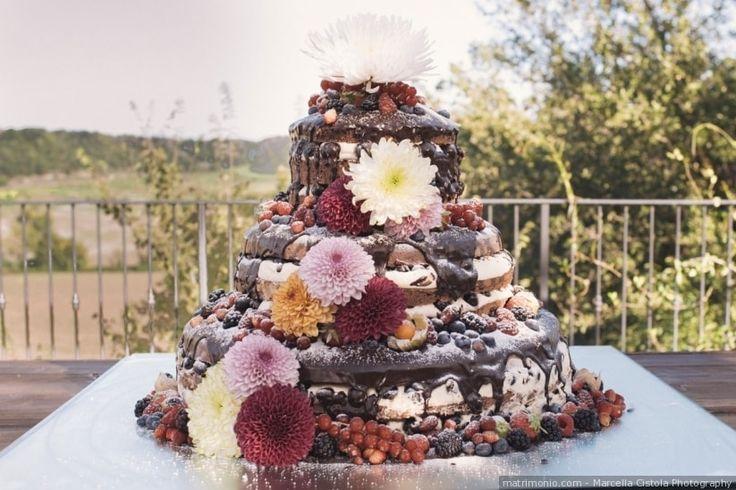 Torta nuziale a piani con fiori e frutta
