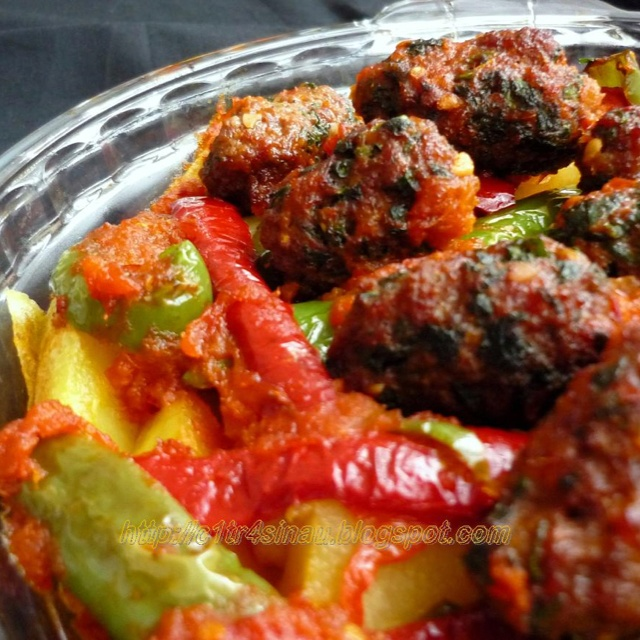 Izmir Köftesi - meatballs with grilled potato and chilli