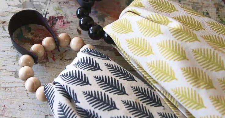 Pyyhelenkkien avulla saat keittiö- tai kylpypyyhkeet nätisti esille. Ripustusrenkaat valmistuvat sukkelasti rautalankaan pujotetuista puuhelmistä. Samalla tekniikalla voit tehdä myös serviettirenkaita. Katso Anun ohje.