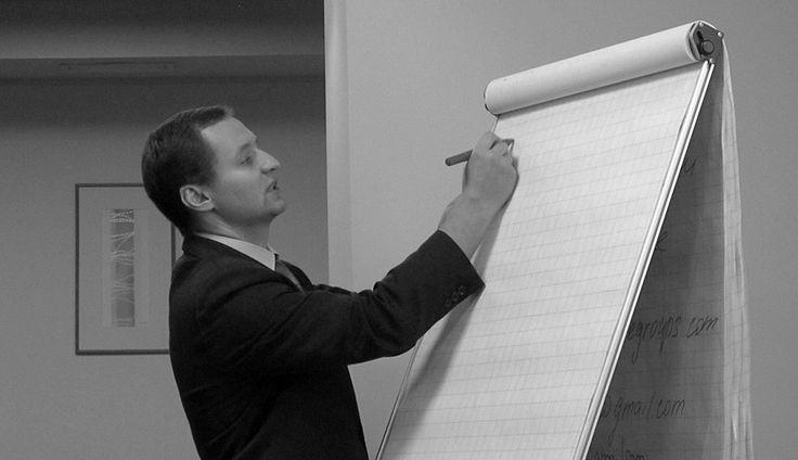 Владимир Хромов, директор Союза волонтерских организаций и движений — о том, что такое корпоративное волонтерство, о рисках и выгодах для компаний, о возможных схемах организации добровольчества в компании и о многом другом. А в качестве бонуса — несколько советов начинающим.