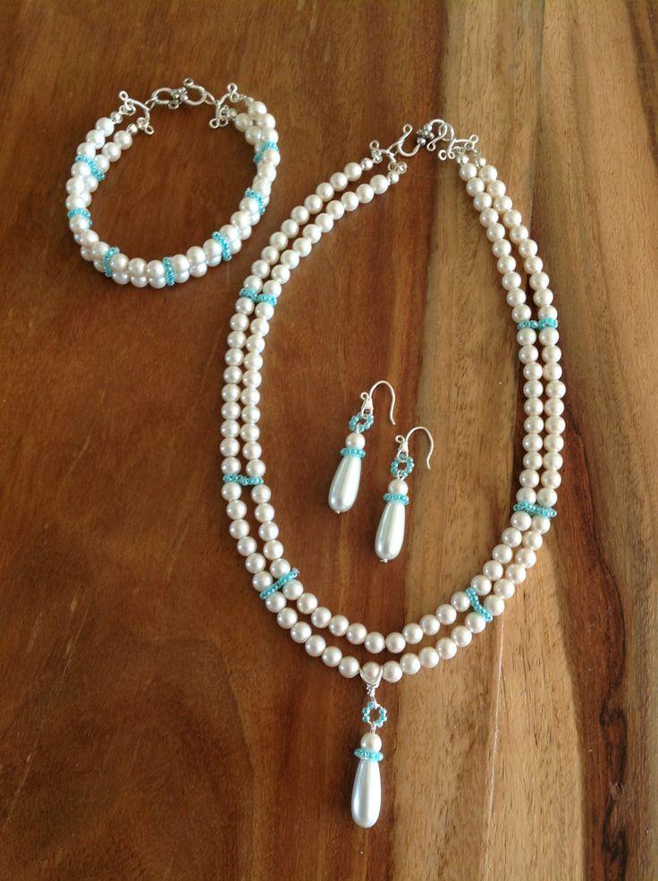 Parelketting met armband en oorbellen. Gemaakt van ivoorkleurige parels met zeegroene rocailles.