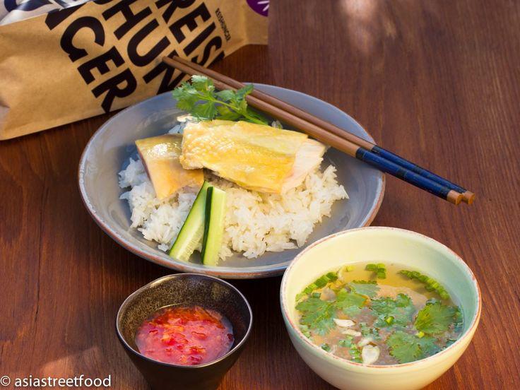 Saftiges, pochiertes Hähnchen mit aromatischem Reis - Khao Man Gai - Zu finden auf: https://asiastreetfood.com/rezepte/khao-man-gai/