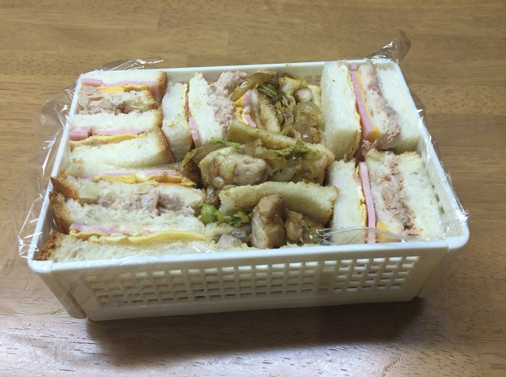 ナノカのお弁当 サンドウィッチの具材は、ハム、玉子焼、チーズ、ツナサラダ、照り焼きチキン、カレーキャベツ!