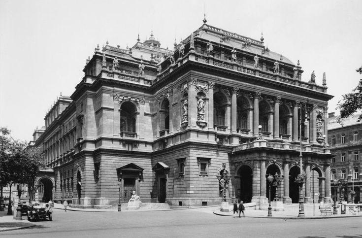 Andrássy út, a Magyar Állami Operaház épülete (Ybl Miklós, 1884.).