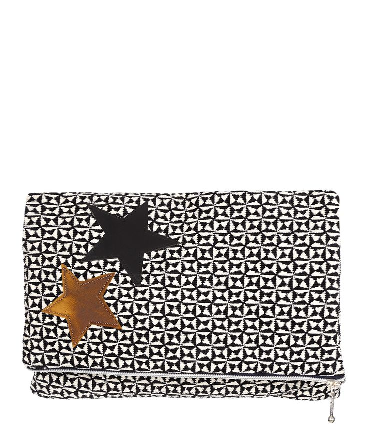 Pochette composée de diverses toiles. Fermeture zippée sur la largeur. Se porte repliée en 2. Intérieur doublé en tissu imprimé avec une poche ouverte, étiquette de la marque. Dim. : 43 x 31 cm. Composition : toile et polyester. Fabriquée en France, à Marseille. Chaque modèle est unique, de légères variations peuvent donc apparaître d'une pièce à l'autre. La créatrice de la marque propose des sacs en matières recyclées porteurs d'émotion, de souvenirs.  (ref-POCHGM0001)