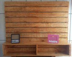 Deixe sua casa mais linda!!!!  Painel para TV (até 55 polegadas) feito com madeira de pallet. Uma linda decoração para sua casa.  Medidas: 1,06 de altura. 1,30 de largura Madeira envernizada.  Aceito cartão de crédito e débito.  WhatsApp - (12) 99166-3238