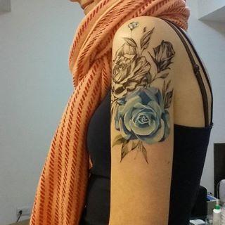 Esta belíssima rosa azul. | 22 tatuagens florais que são extremamente delicadas